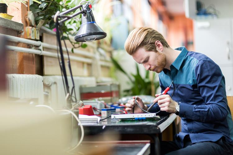 Electrical Electronics Assembler : Assemblers electrical and electronic products pay
